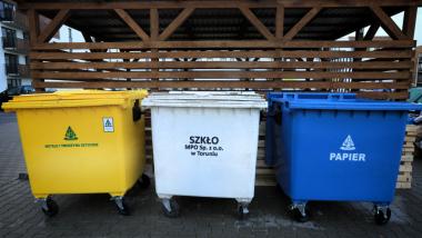 Na zdjęciu widać pojemniki do segregacji odpadów w kolerach: żółtym, białym, niebeskim