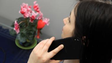 Na zdjęciu widac kobietę rozmawiającą przez telefon