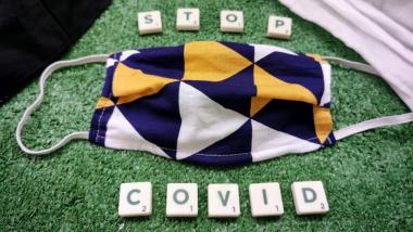 """Na zdjęciu: maseczki ochronne i napis """"STOP COVID"""""""