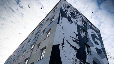 widok budynku z muralem