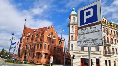 Na zdjęciu budynek Urzędu Miasta Torunia oraz znak Śródmiejskiej Strefy Parkowania