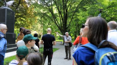Szczepan Burak oprowadza po parku na Bydgoskim Przedmieściu