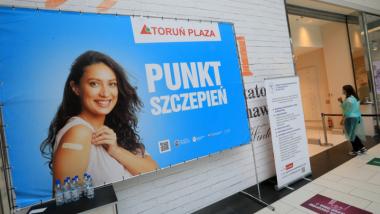 Na zdjęciu baner w centrum handlowym Plaza z napisem punkt szczepień