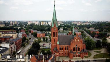 Widok na zespół staromiejski z lotu ptaka, na pierwszym planie wieża kościoła garnizonowego