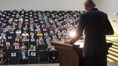 Prezydent przemawia podczas inauguracji TUTW w auli Uniwersytetu Mikołaja Kopernika