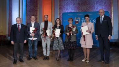 Na zdjęciu: prezydent Michał Zaleski i jego zastępca Zbigniew Fiderewicz wraz z nagrodzonymi dyrektorami szkół