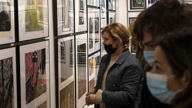 publiczność ogląda wystawę w Galerii Dziecka