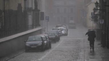 Na zdjęciu toruńska starówka w deszczu