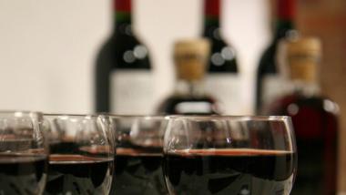 Na zdjęciu: kieliszki z winem