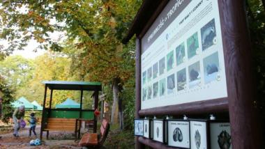Na zdjęciu: tablica informacyjna i strefa wypoczynkowa w Leśnej Szkole na Barbarce