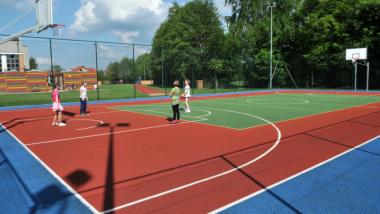 Dzieci grają w piłkę na orliku