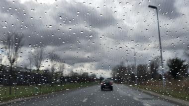Ciemne chmury wiszące nad drogą