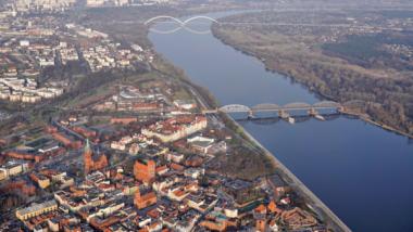 Widok z lotu ptaka na Wisłę, dwa mosty i dachy starówki