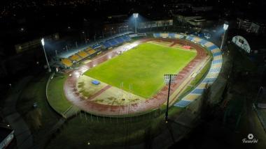 Na zdjęciu Stadion Miejski nocą, oświetlony nowymi lampami