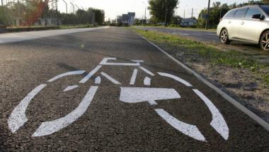 Na zdjęciu: oznakowanie pozioe informujące o ścieżce rowerowej