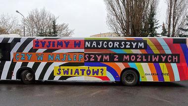 autobus oklejony pracą Galerii Rusz