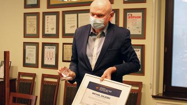prezydent Michał zaleski ze statuetką HIT i dyplomem