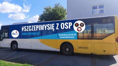 Na zdjęciu autobus z napisem #szczepimy się z OSP