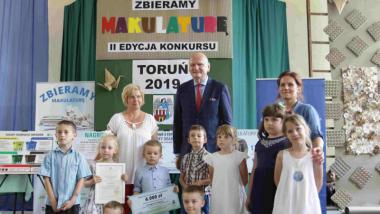 """Na zdjęciu: prezydent Michał Zaleski i laureaci konkursu """"Zbieramy makulaturę"""" z 2019 roku"""