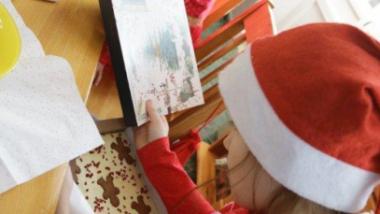 Na zdjęciu: wychowankowie placówki otwierają prezenty