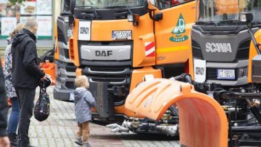 Na zdjęciu: dziecko przygląda się śmieciarce