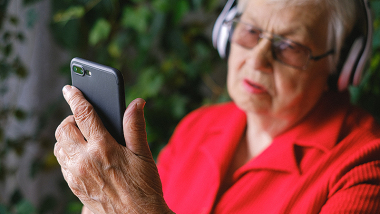 na zdjęciu seniorka z telefonem
