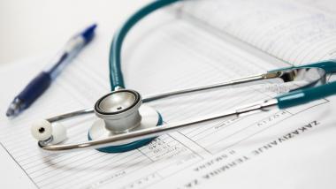 Na zdjęciu karta lekarska na niej stetoskop i długopis