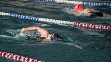 Na zdjęciu widać osoby pływające w basenie