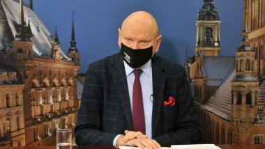 Prezydent Michał Zaleski podczas konferencji prasowej, ubrany w maseczkę