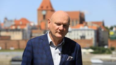 prezydent Michał Zaleski na tle panoramy Torunia