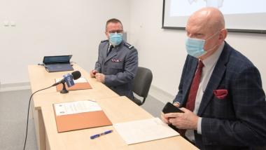 Na zdjęciu prezydent Michał Zaleski mówi, obok niego siedzi komendant KMP Maciej Lewandowski.