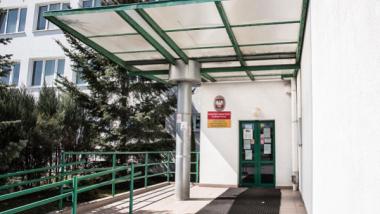 Na zdjęciu: wejście do budynku urzędu pracy