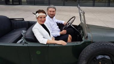 Na zdjęciu zespół Slavic Voices w retro samochodzie
