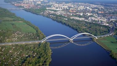 Most im. gen. Elżbiety Zawackiej, w dole płynie rzeka Wisła, w oddali widać zabudowania Torunia