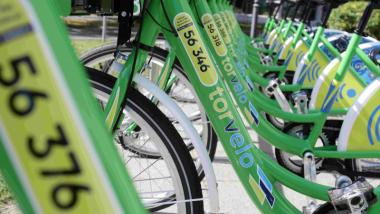 Zielone rowery systemu Torvelo na stacji