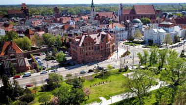 Widok na wiosenny Torun z drona - urzad miasta_starowka_teatr_zieleniec