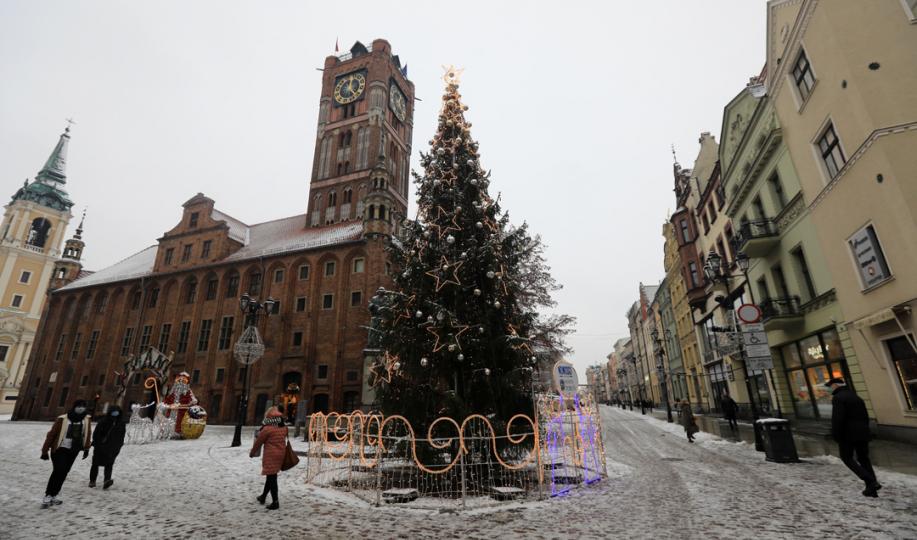 Choinka na zaśnieżonym Rynku Staromiejskim, fot. Sławomir Kowalski