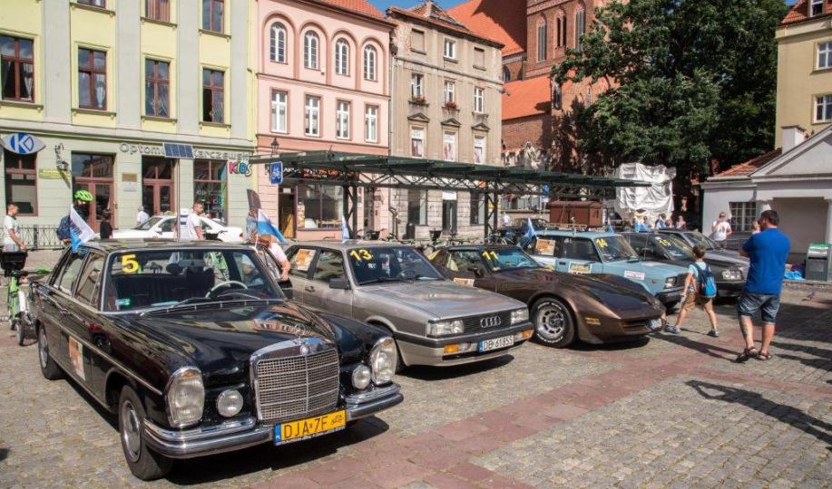 Na zdjęciu: zabytkowe auta zaparkowane przy Rynku Nowomiejskim