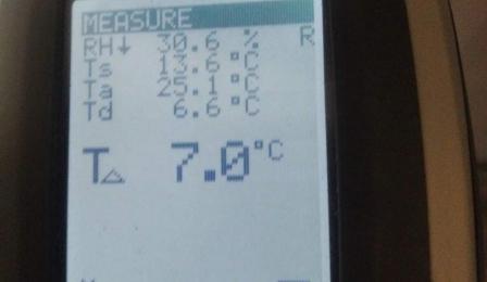 Urządzenie pokazuje temperaturę powietrza.