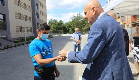 Na zdjęciu prezydent Michał Zaleski wręcza klucze mieszkańcowi