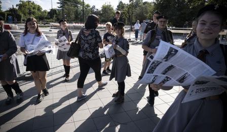 Na zdjęciu: dzieci roznoszą gazety powstańcze