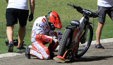 Zawodnik reguluje koło motoru