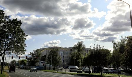 Gmach budowanego Sądu Rejonowego, wokół rosną drzewa