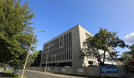 Gmach budowanego Sądu Rejonowego, w tle błękitne niebo