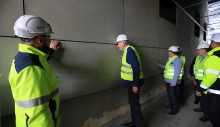 Prezydent Michał Zaleski z osobami towarzyszącymi oglądają stan prac na budowie Sądu Rejonowego