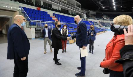 prezydent Michał Zaleski wita się z Christianem Milzem w Arenie Toruń