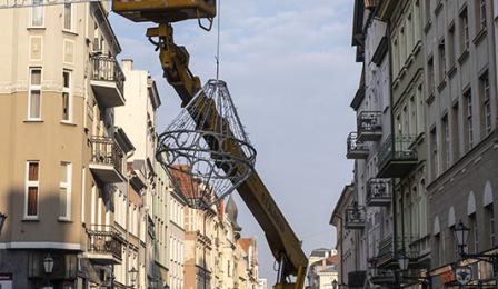 Na zdjęciu: montraż ozdób na ulicy Szerokiej