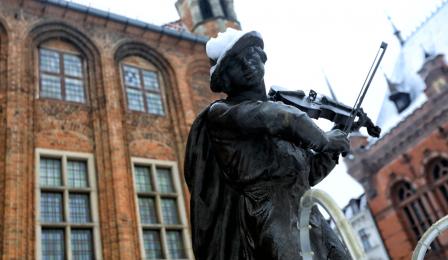 Flisak w śniegu na Rynku Staromiejskim, fot. Sławomir Kowalski