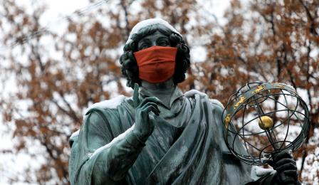 Ośnieżony Mikołaj Kopernik w czerwonej maseczce, fot. Sławomir Kowalski