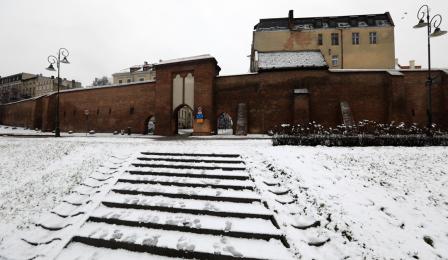 Brama Żeglarska i zaśnieżony Bulwar Filadelfijski w Toruniu